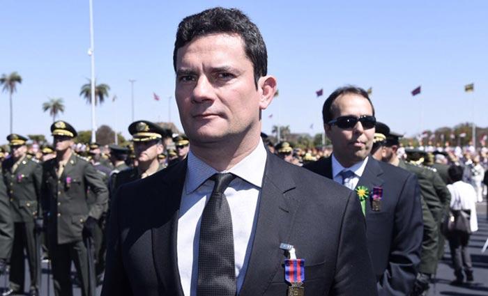 A honraria foi entregue a Moro pelo comandante do Ex