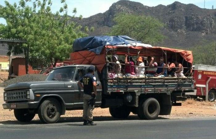 Paus-de-arara e ônibus sem condições ainda são utilizados nas romarias. Foto: PRF/ Divulgação