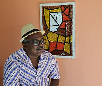 Manoelzinho Salu expõe as habilidades com os bordados de lantejoulas e miçangas, inspirados na cultura popular local. Foto: Divulgação