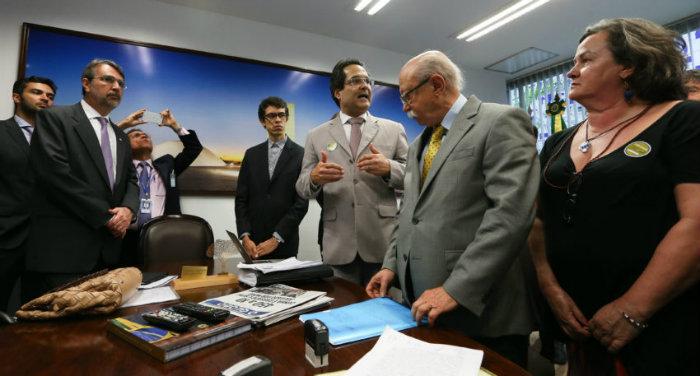 Juristas protocolaram no Senado Federal um pedido de impeachment contra o ministro Gilmar Mendes, acusado de conduta partid