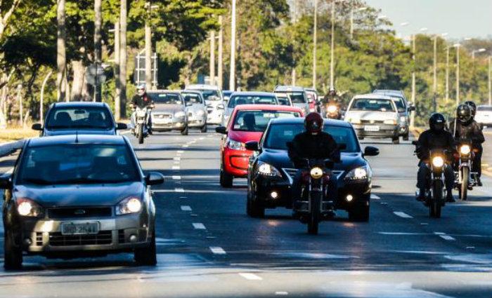 O uso do farol baixo aceso durante o dia em rodovias passou a ser obrigat