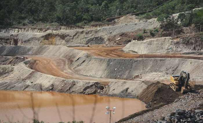 Dique perto de Bento Rodrigues: uma nova obra planejada pela Samarco no distrito reduziria carreamento de rejeitos, sustenta a empresa. Foto: Leandro Couri/EM/D.A Press