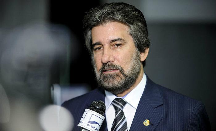 Senador Valdir Raupp (PMDB-RO) concede entrevista nas depend