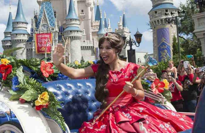 Elena de Avalor, única inspirada na cultura latina, desfilou de carruagem pelo parque, para alegria da garotada. Foto: David Roark/Disney/Divulgação