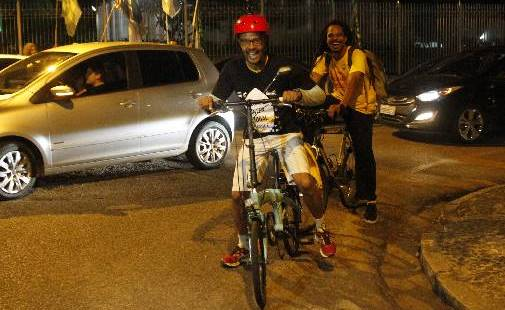 (Candidato do PSol chegou de bicicleta. Foto: Ricardo Fernades/DP)