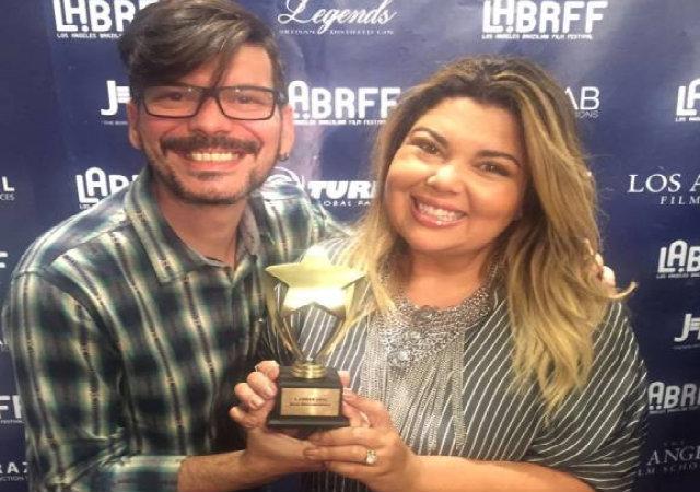 Chico Amorim e Fabiana Karla com o prêmio do Los Angeles Brazilian Film Festival. Foto: Twitter/Reprodução.