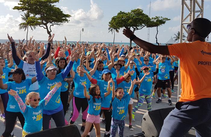 Ação começou com dança de salão, alongamentos e exercícios físicos, e seguiu com a mobilização pela paz no trânsito. Foto: Divulgação