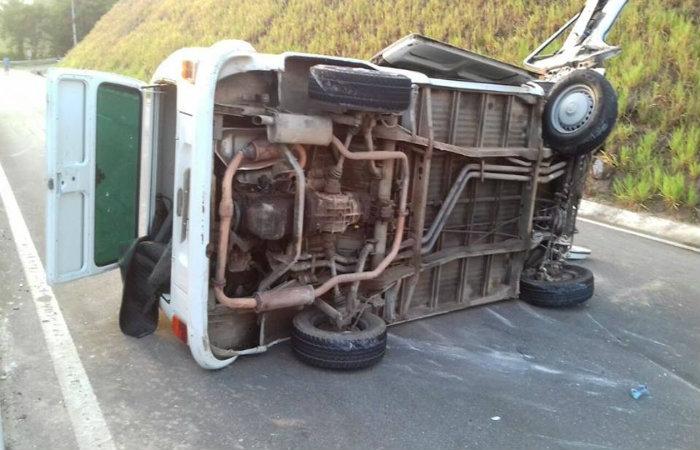 Kombi atingiu uma barreira e capotou diversas vezes na altura do quilômetro 92 da BR-408, em São Lourenço da Mata. Foto: PRF/ Divulgação