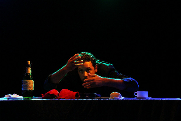 Dógenes D. Lima estreou, este ano, o espetáculo de teatro de objetos O mascate, a pé-rapada e os forasteiros, com classificação indicativa de 16 anos. Crédito: Toni Rodrigues/Divulgação