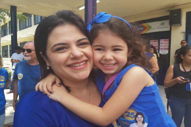 Priscila Krause e sua filha, depois de vota