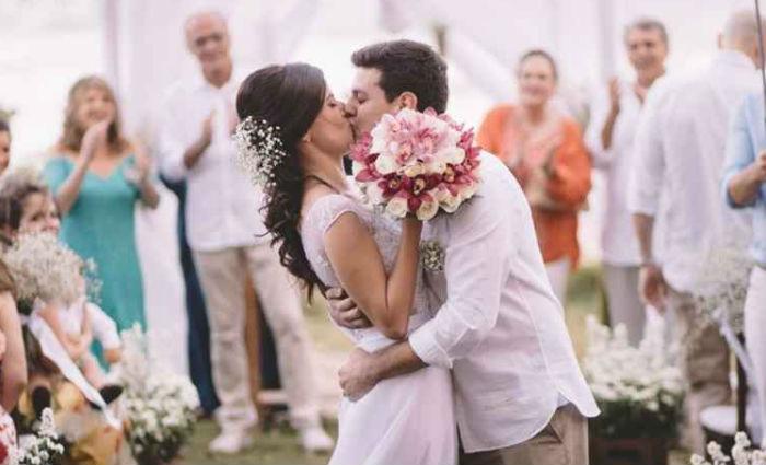 Fernanda Fiuza e Felipe Mello fizeram as malas para se casar na praia de Grumari. Foto: Arquivo pessoal