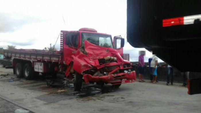 Quatro carros, três caminhões e uma moto colidiram depois que o motorista de um caminhão perdeu o controle da direção. Foto: PRF/Divulgação