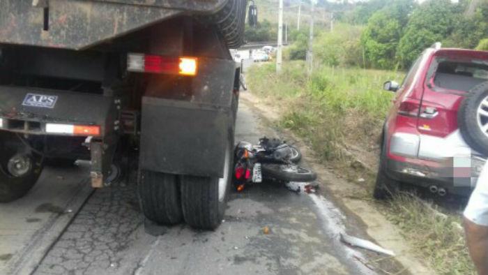 Um motoqueiro pulou do veículo antes que colidisse com outros e ficou ferido. Foto: PRF/Divulgação