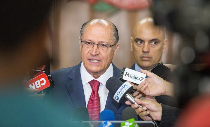 "Alckmin comemorou, na entrevista, a ""derrocada"" do PT e os bons resultados do PSDB nas elei"