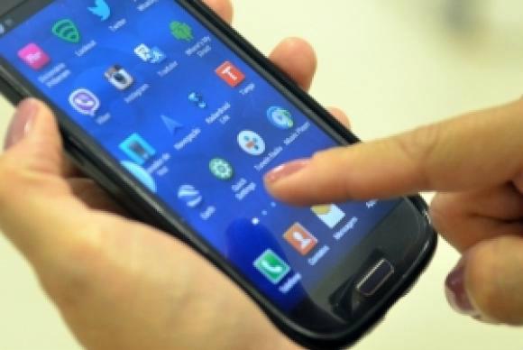 Telefone celular continua sendo o principal meio usado pelo p