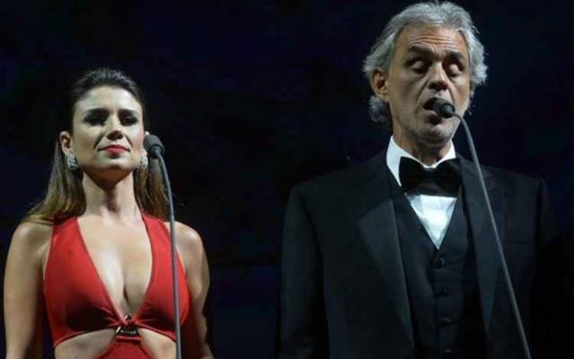 Nesta turnê mundial, Andrea Bocelli recebe artistas locais em cada show. Foto: YouTube/Reprodução