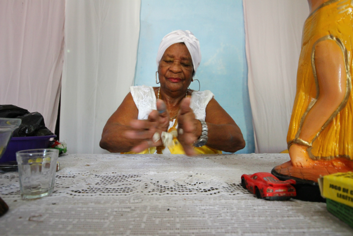 Agora, Mãe Maria quer comprar imagem de Iemanjá para colocar de volta na frente de casa, no lugar de Nossa Senhora. Foto: Karina Morais/Esp. DP