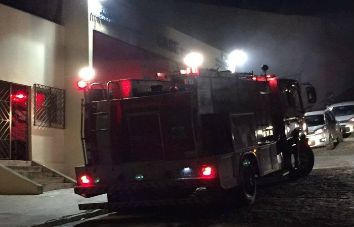 O Corpo de Bombeiros foi acionado para controlar o incêndio na Funase de Timbaúba. Foto: Henrique Dias/ Reprodução/ Facebook