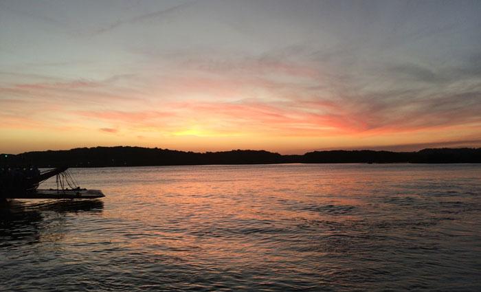 Por do sol visto do Rio Buranhém, que separa Porto Seguro de Arraial D'Ajuda. Foto: Edilson Segundo/DP