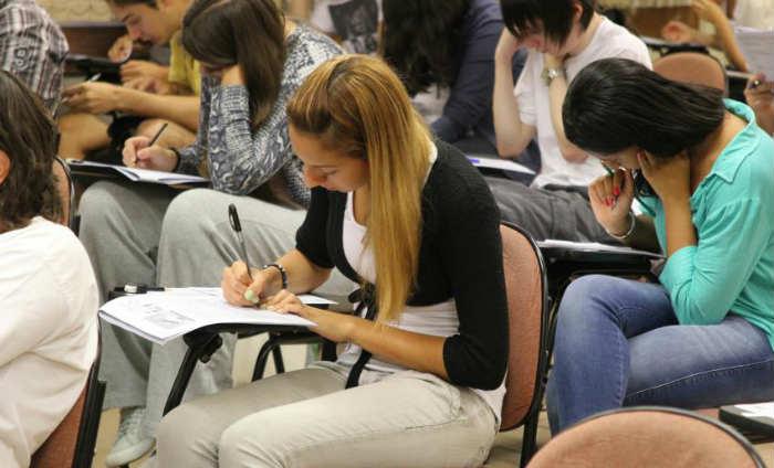 Equilibrar o tempo entre as provas objetivas e a redação e começar pelas matérias em que o estudante tem mais facilidade são algumas dicas de professores. Foto: Marcos Santos/USP Imagens