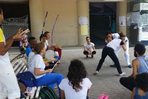 Grupo dá aula de capoeira em frente ao Centro de Filosofia e Ciências Humanas, em apoio ao movimento dos prédios por estudantes. Foto: Sumaia Villela/Agencia Brasil