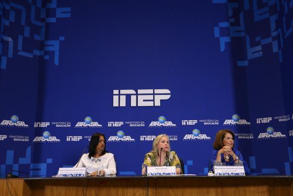 A presidente do Inep, Maria Inês Fini (no centro), divulga balanço do primeiro dia de provas do Enem. Foto: Fabio Rodrigues Pozzebom/Agência Brasil