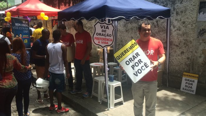 Ao final, eles ainda entregam água aos candidatos. Crédito: Wagner Oliveira/DP