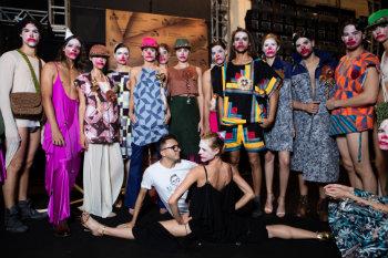 Lindebergue comoveu a plateia do Dragão Fashion com performance que satirizava a ditadura. Foto: Nicolas Gondim/Divulgação