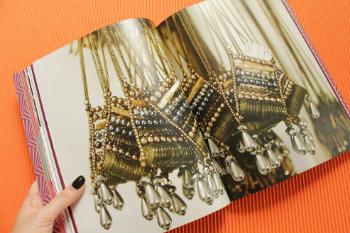 No livro, assinado pela jornalista Luciana Veras, bastidores das coleções da marca se revelam. Foto: Divulgação