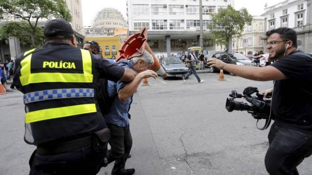 Agressão foi capturada em vídeo e postada no Facebook. Foto: Alex Ribeiro/Facebook/Reprodução
