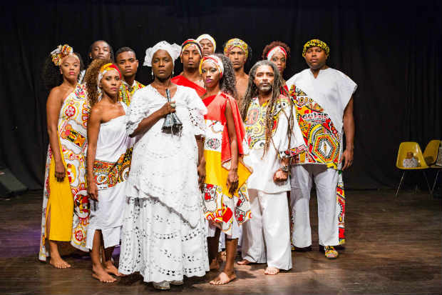 Espetáculo traz nove bailarinos e quatro músicos contam uma trajetória que começou no bairro do Curuzu, em Salvador. Crédito: Caixa Cultural/Divulgação