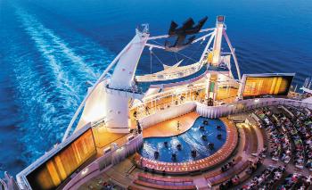 O AquaTheater é um anfiteatro com capacidade para 700 pessoas que irão conferir acrobacias e performances aéreas dos show aquático The Fine Line.