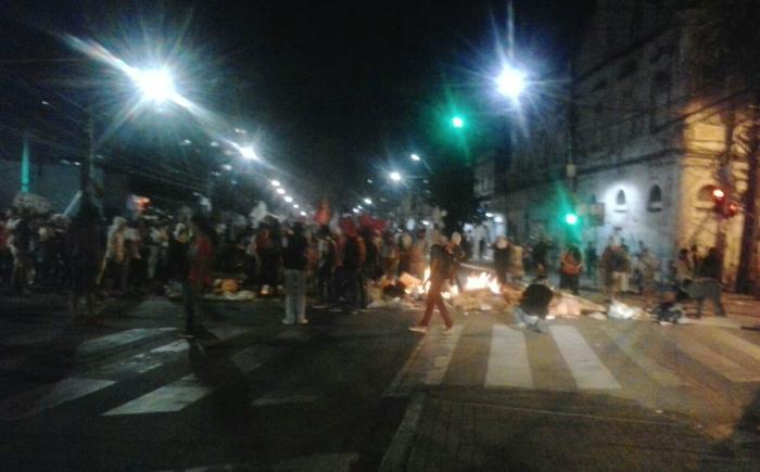 Manifestantes seguiam em direção à Praça do Diario. Fotos: Ketheryne Mariz/Esp. DP (Manifestantes seguiam em direção à Praça do Diario. Fotos: Ketheryne Mariz/Esp. DP)