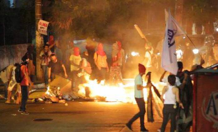 Manifestantes ateiam fogo em lixo durante ato. Foto: Paulo Vasconcelos/DP (Manifestantes ateiam fogo em lixo durante ato. Foto: Paulo Vasconcelos/DP)