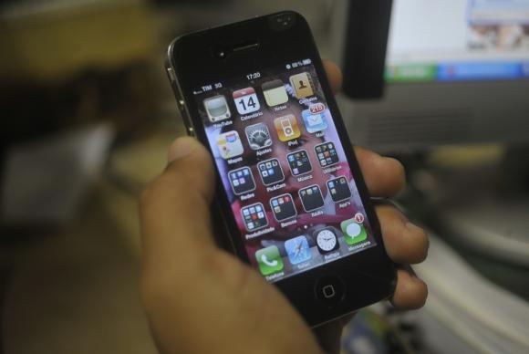 Telefone celular se consolida como principal meio de acesso à internet. Foto: Marcello Casal Jr./Agência Brasil