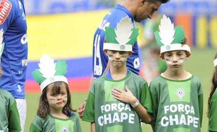 Crianças prestam homenagem ao time Chapecoense. Foto: Juarez Rodrigues/CB/D.A Press