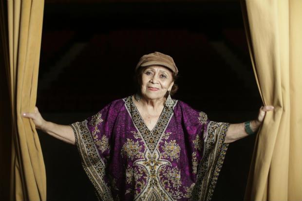 Atriz e diretora, de 83 anos, se apresenta pela primeira vez no Teatro Luiz Mendonça, casa de espetáculos que leva o nome de seu ex-marido. Crédito: Igo Bione/Especial para o Diario