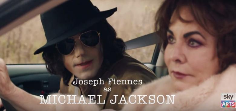 Fiennes interpreta Michael Jackson na série. O papel da atriz Elizabeth Taylor fica com Stockard Channing. Foto: SkyArts/Reprodução
