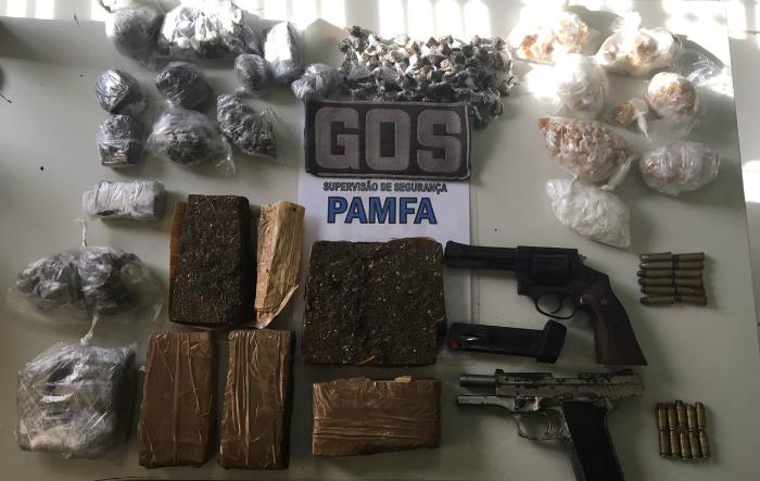 Armamento e drogas apreendidos.  (Armamento e drogas apreendidos. )