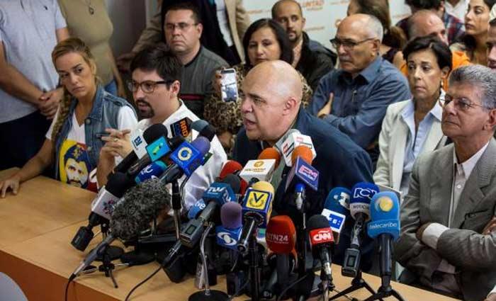 O secretário executivo da Mesa da Unidade Democrática, Jesús Torrealba, fala à imprensa, ao lado de líderes da oposição venezuelana. Foto: Miguel Gutiérrez/ EPA/ Lusa