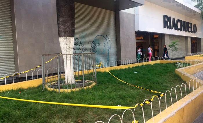 Acidente aconteceu no gradil em frente à loja Riachuelo. Shopping Boa Vista diz que não tem responsabilidade no caso. Foto: Anamaria Nascimento/DP