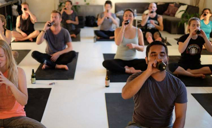 Praticantes da modalidade do BeerYoga. Foto: Facebook/Reprodução (Praticantes da modalidade do BeerYoga. Foto: Facebook/Reprodução)