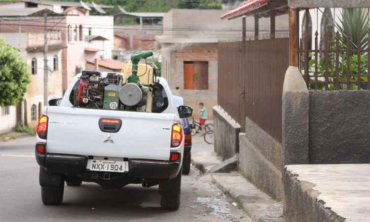 Na tentativa de evitar a transmissão, a Prefeitura de Caratinga tem usado a caminhonete de combate à dengue para borrifar inseticida em bairros da área urbana. Foto: Edésio Ferreira/EM/DA Press (Na tentativa de evitar a transmissão, a Prefeitura de Caratinga tem usado a caminhonete de combate à dengue para borrifar inseticida em bairros da área urbana. Foto: Edésio Ferreira/EM/DA Press)