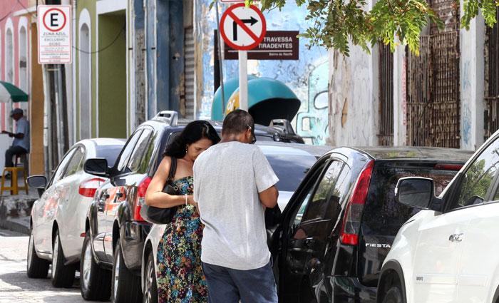 Flanelinhas cobram de R$ 5 a R$ 10 por uma folha de Zona Azul. Foto: Julio Jacobina/DP