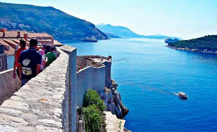 País tem quase 6 km de costa banhada pelo Mar Adriático, que exibe todos os tons do azul mediterrâneo. Foto: Axas Sofia/Flickr