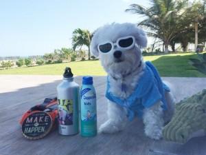 Luke foi bem preparado para enfrentar o calor nordestino: protetor solar, garrafinha de água personalizada, colete salva-vidas, óculos de sol, roupão e toalha de banho. Foto: Arquivo Pessoal