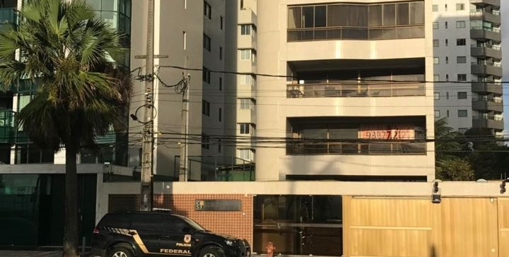 Viatura estacionada em frente a um dos condomínios localizado na Avenida Boa Viagem. Foto: PF/Divulgação