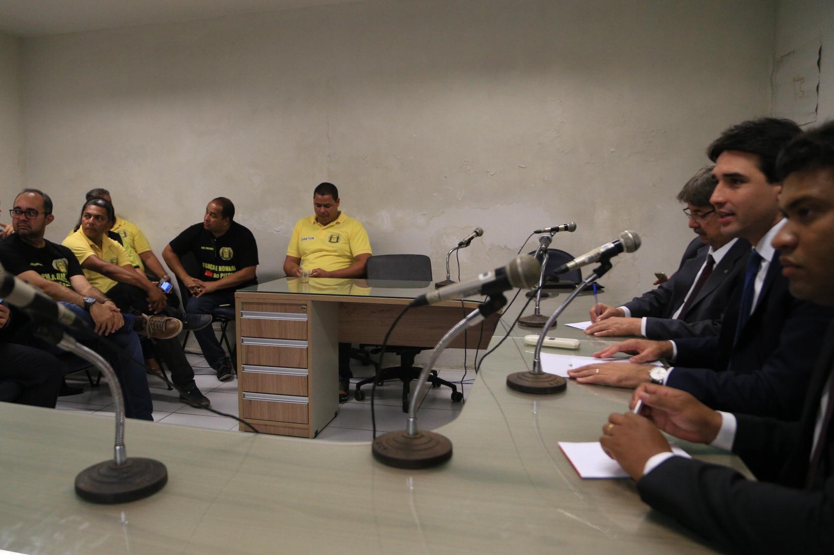 Bancada de oposição da Alepe reuniu-se com membros das associações de policiais e bombeiros militares. Foto: Divulgação