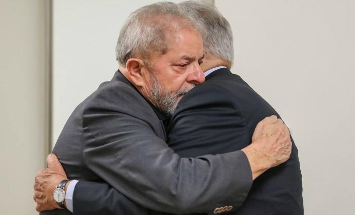 Ex-presidentes se abraçam no hospital Sírio-Libanês. Foto: Ricardo Stuckert/Instituto Lula (Ex-presidentes se abraçam no hospital Sírio-Libanês. Foto: Ricardo Stuckert/Instituto Lula)