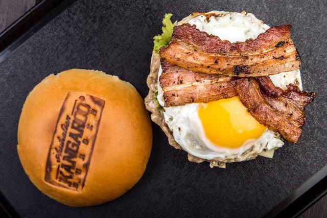 Egg burguer é uma das especialidades do Kangaroo Burguer. Foto: Leo Motta/Divulgação